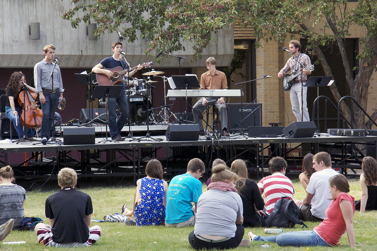 Photo by Olivia Gear. Students watch the live entertainment provided by Jason Aylward and his band.